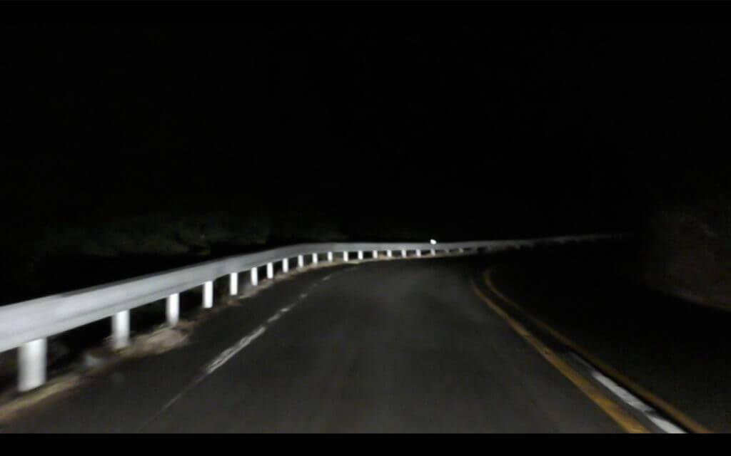 キャンピングカーで夜間に山中湖の山道を走ると、カーブの先はほとんど見えません。