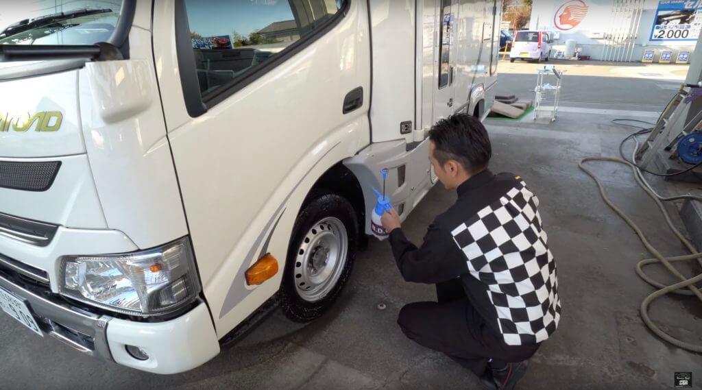 タイヤ専用の洗剤はポンプ式です