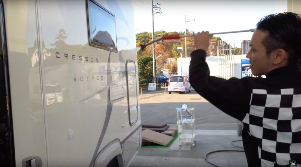 高圧ガンでキャンピングカーの車体を流します